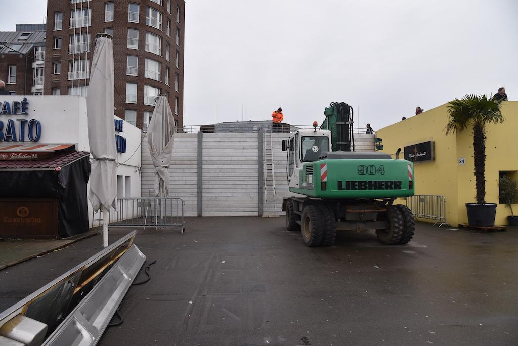 Am Durchgang vom Unteren Rheinwerft zum Alten Hafen wird am Donnerstag, 6. Februar, eine Schutzwand aus Dammbalken, Stahlstützen und Metall-Elementen installiert.,(c) Archivbild Lokalbüro