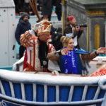 """""""Unser Rad schlägt um die Welt"""" – 600.000 feierten beim Rosenmontagszug in der Landeshauptstadt"""