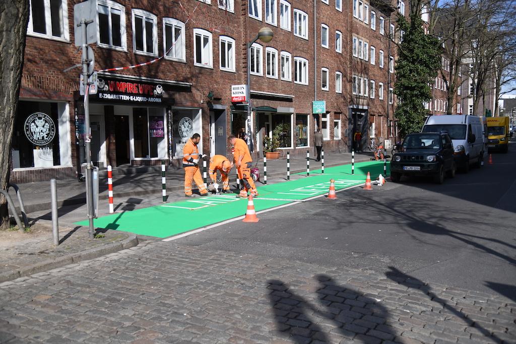 Makierungsarbeiten in der Mühlenstraße Foto: LOKALBÜRO