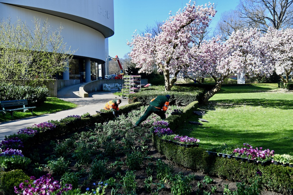 Pflanzarbeiten im Hofgarten Foto: LOKALBÜR