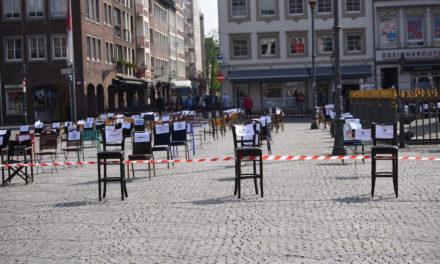 Demo mit leeren Stühlen vor dem Rathaus