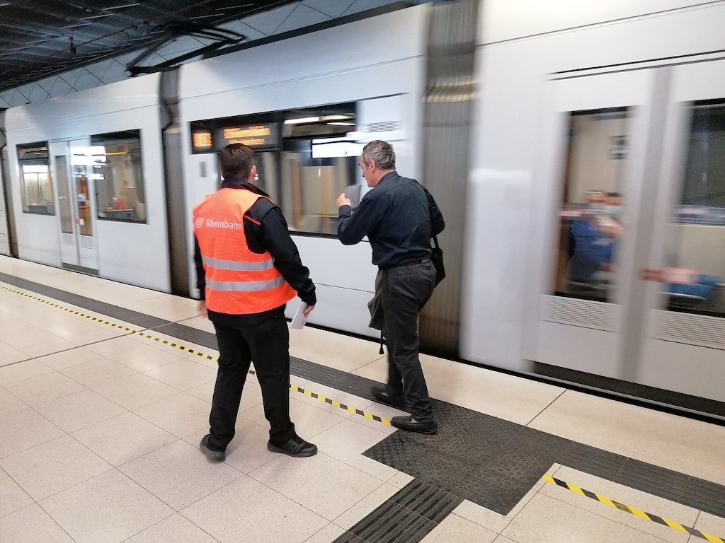 Fahrgast ohne Maske wurde aus der Bahn geholt Foto: LOKALBÜRO