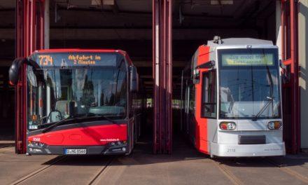 Zielanzeigen von Bussen und Bahnen zeigen an Endhaltestellen die Abfahrtszeit an
