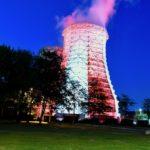 Kühlturm in Flingern erstrahlt in rot und weiß