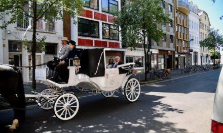 Statt Hochzeitsfeier — Kutschfahrt durch Düsseldorf