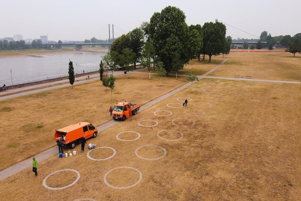Seit Dienstag, 9. Juni, markiert die Landeshauptstadt Düsseldorf 360 weiße Abstandskreise in der Altstadt und am Rheinufer, wie hier im Rheinpark,(c)Landeshauptstadt Düsseldorf/David Young