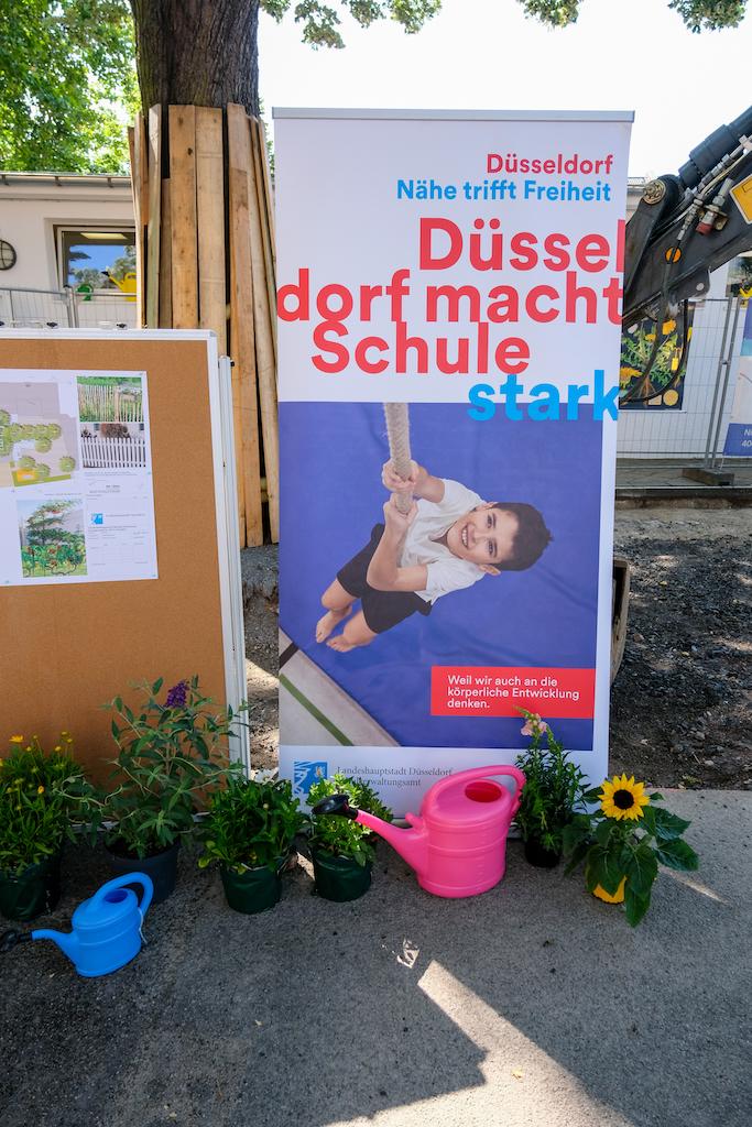 Die Bürgerstiftung in Kooperation mit der Landeshauptstadt wird an mehr als einem Dutzend Düsseldorfer Schulhöfen in Düsseldorf Schulhöfe entsiegeln,(c)Landeshauptstadt Düsseldorf/Michael Gstettenbauer