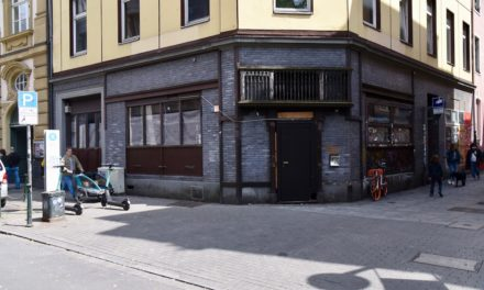 """Mahn- und Gedenkstätte nutzt die Fenster der """"Zwiebel"""" als Werbefläche"""