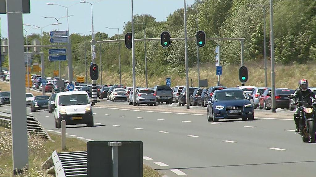 Lange Autoschlangen Richtung Einkaufzentrum Roermond Foto: Jungmann