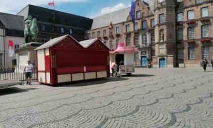 Karusell und Buden auf dem Marktplatz