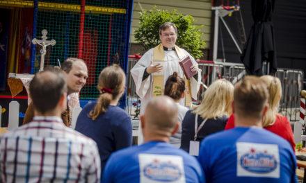 Schausteller-Pfarrer segnet Fahrgeschäft im DüsselLand
