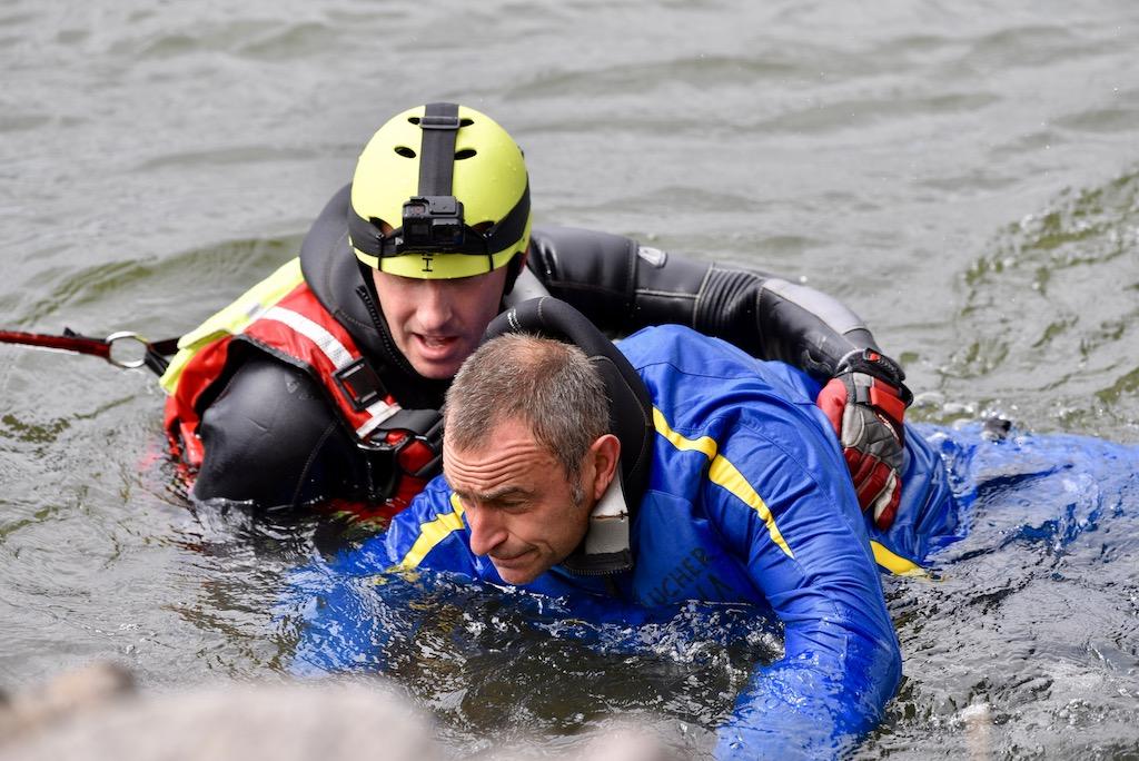 Rettung von Land durch Rettungstaucher Foto: LOKALBÜRO