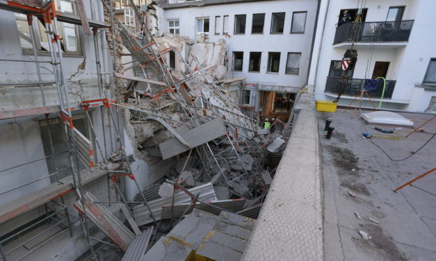 Folgemeldung: Wohngebäude zum Teil eingestürzt – ein Bauarbeiter wurde tot gefunden