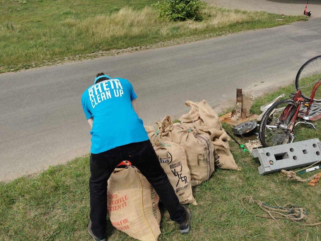 Müllsammeln auf den Rheinwiesen Foto: Nadine Klein