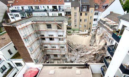 Wohngebäude zum Teil eingestürzt — eine Person derzeit vermisst