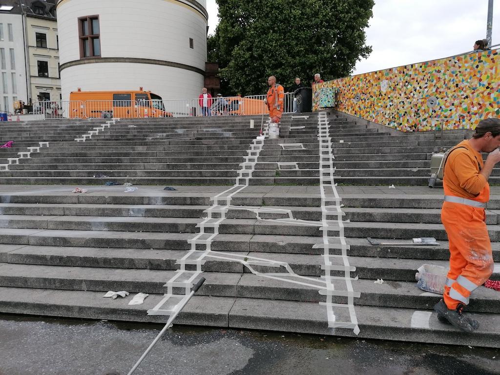 Neue Markierung der Burgplatztreppe Foto: LOKALBÜRO