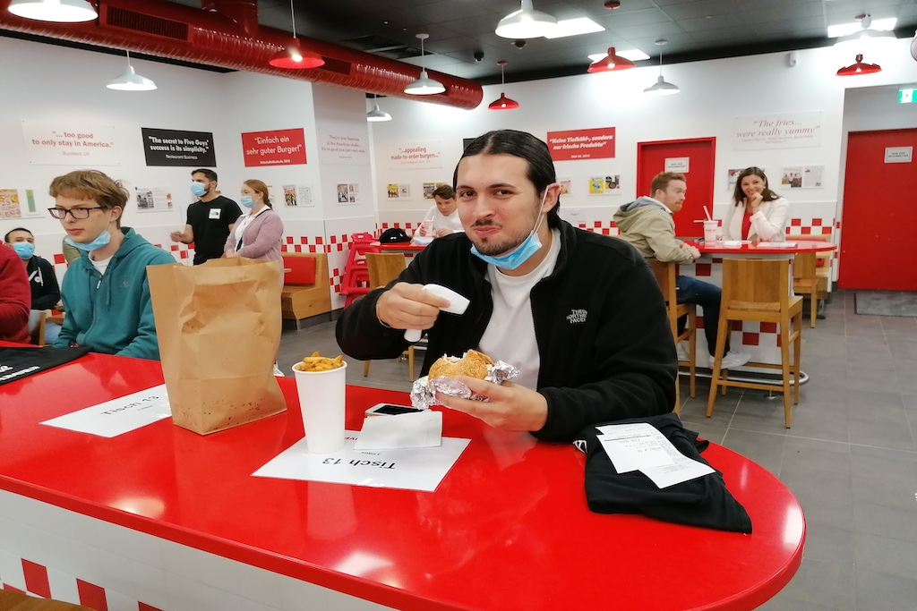 Der erste Burger für den ersten Kunden Foto: LOKALBÜRO
