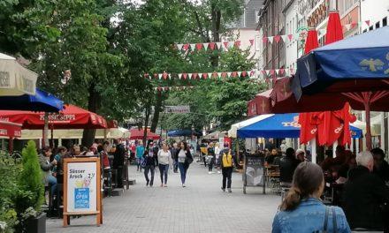 Schützen hängen Wimpelketten in der Altstadt auf