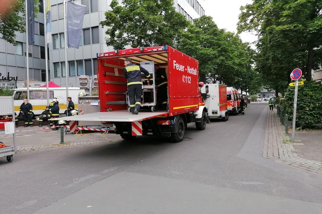 Einsatzkräfte von Feuerwehr, Polizei und THW Foto: LOKALBÜRO
