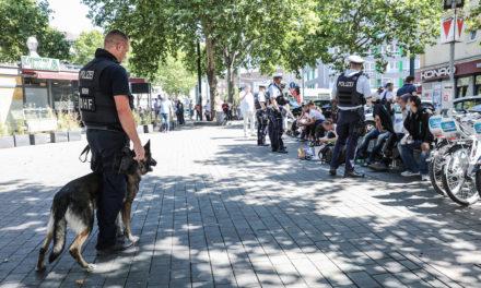 Oberbürgermeister und Polizeipräsident beobachten Einsatz auf dem Worringer Platz