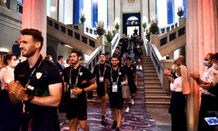 Mitarbeiter*/innen vom Andreas Quartier stehen für die Mannschaft von FC Sevilla Spalier