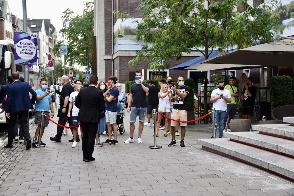 Fans beklatschen die Mannschaft Foto: LOKALBÜRO