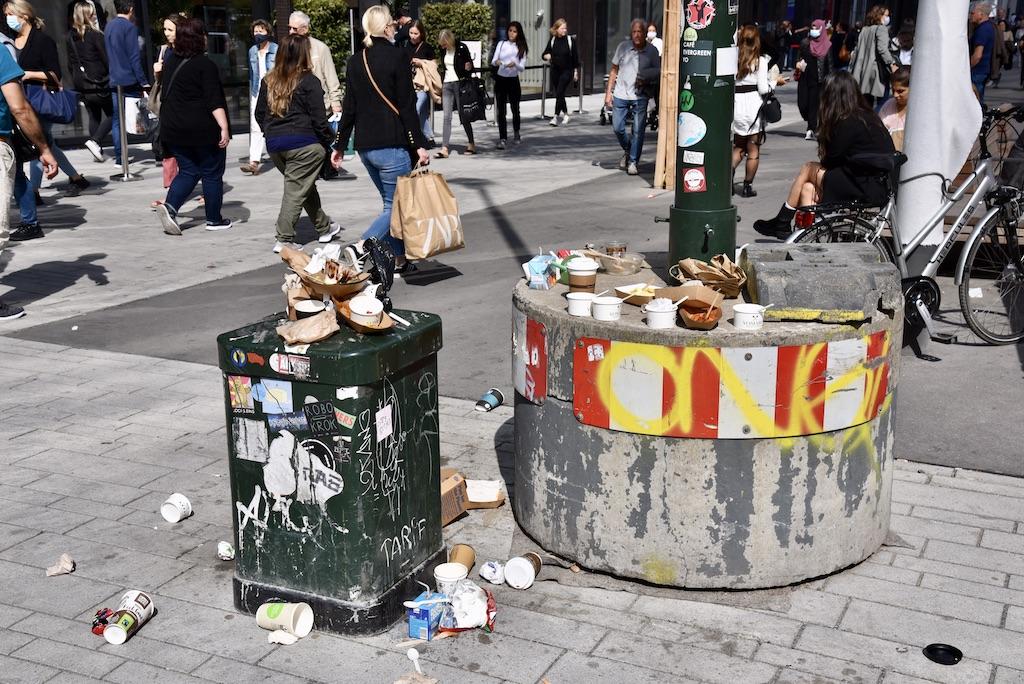 Müll verursacht durch die Eröffnung Foto:LOKASLBÜRO