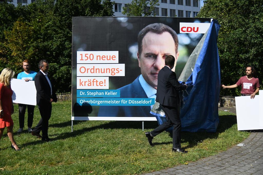 Enthüllung eines der Wahlplakate Foto: LOKALBÜRO