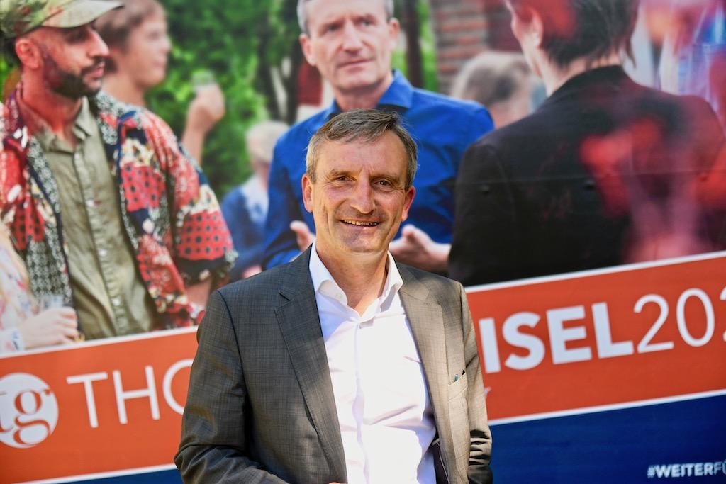 Oberbürgermeister Thomas Geisel vor einem sein Wahlkampfplakate Foto: LOKALBÜRO