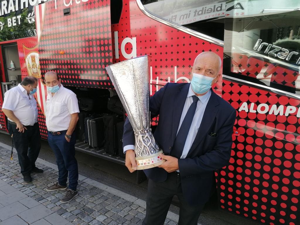 Der Sicherheitschef vom FC Sevilla mit dem Pokal Foto: LOKALBÜRO
