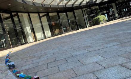 Bunte Steinkette vor dem Landtag – Kinder bemalen Wunsch-Steine