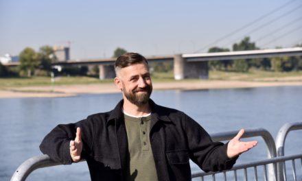 Bürger Lars Dietrich zum Interview am Rhein