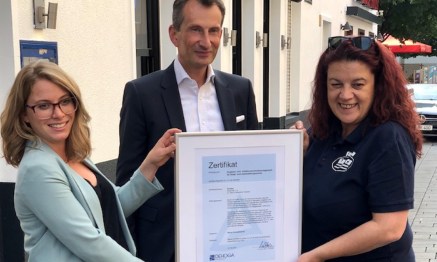 TÜV Rheinland zertifiziert Gaststätte Knoten nach neuem Standard für Hygiene und Infektionsschutz