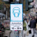 Neue Schilder zur Maskenpflicht werden angebracht