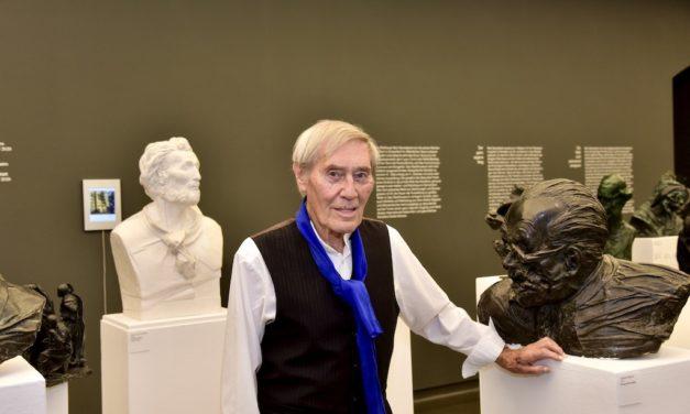Künstler Bert Gerresheim schenkt dem Stadtmusem einen Werkblock mit 399 Exponaten