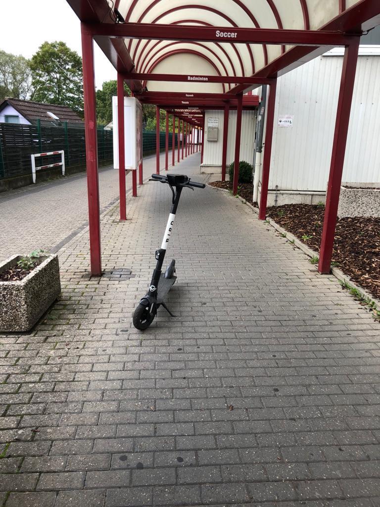 E-Roller mitten im Weg Foto: LOKALBÜRO