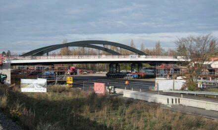 Neue Brücke am Heerdter Lohweg erfolgreich in Position gebracht