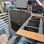 Geländerteile zur Absicherung der Düssel wieder abmontiert