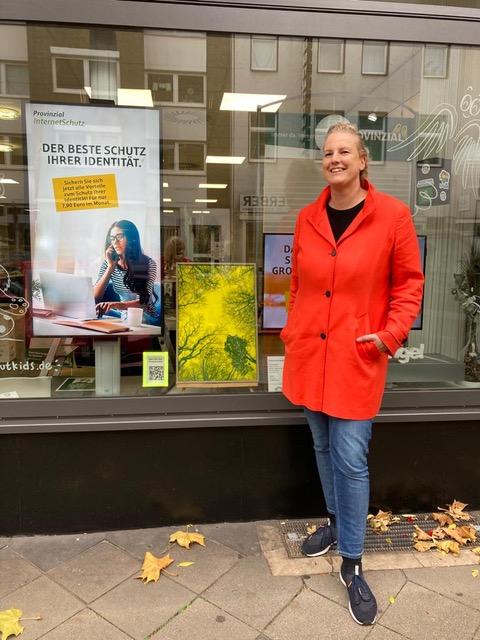 """Gabi Luigs (Fotokünstlerin mit ihrem Bild, Kuratorin der Kunstversteigerung und Organisatorin der Aktion """"Kunst in Schaufenstern"""""""