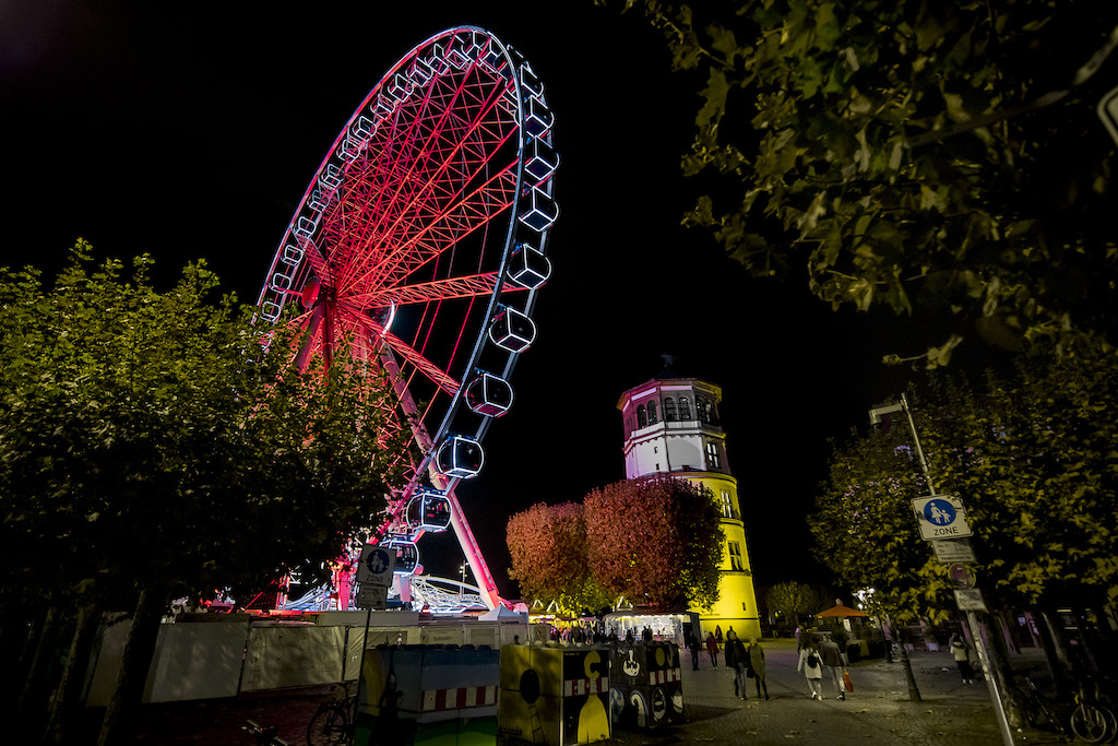 Oscar Bruchs Riesenrad zeigt Warnstufe rot am Samstag Abend. 31.10.2020 Foto: Anne Orthen
