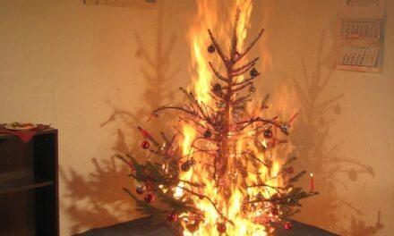 Wenn Adventskranz oder Weihnachtsbaum plötzlich lichterloh brennen
