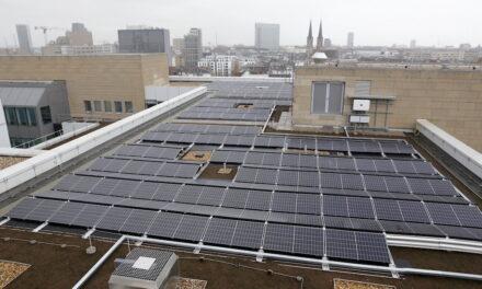 Solaranlage auf dem Dach des Gebäudes am Konrad-Adenauer-Platz 1