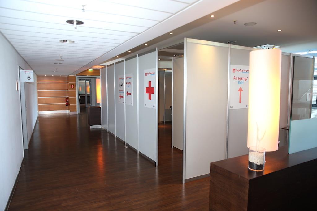 Für akute Notfälle während oder nach dem Impfen steht ein Notfallteam des Rettungsdienstes bereit.,(c)Landeshauptstadt Düsseldorf/David Young