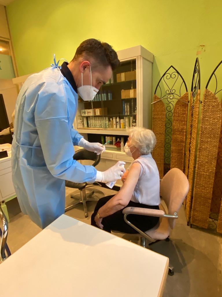 Erste Schutzimpfung gegen Corona in Düsseldorf: Dr. Frank Weinstock impft Ursula Spehr aus dem Haus Lörick,(c)Landeshauptstadt Düsseldorf, Feuerwehr