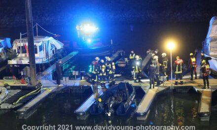 Feuer auf einem Boot im Sportboothafen