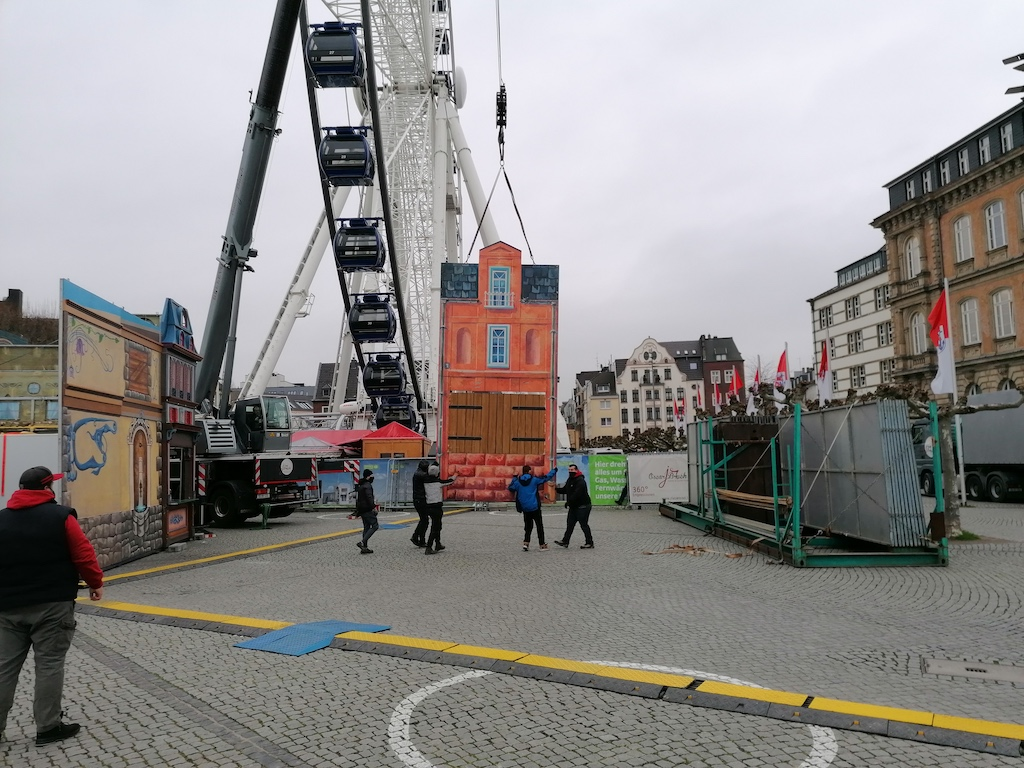 Abbau Weihnachtsmarkbuden am Riesenrad Foto: LOKALBÜRO