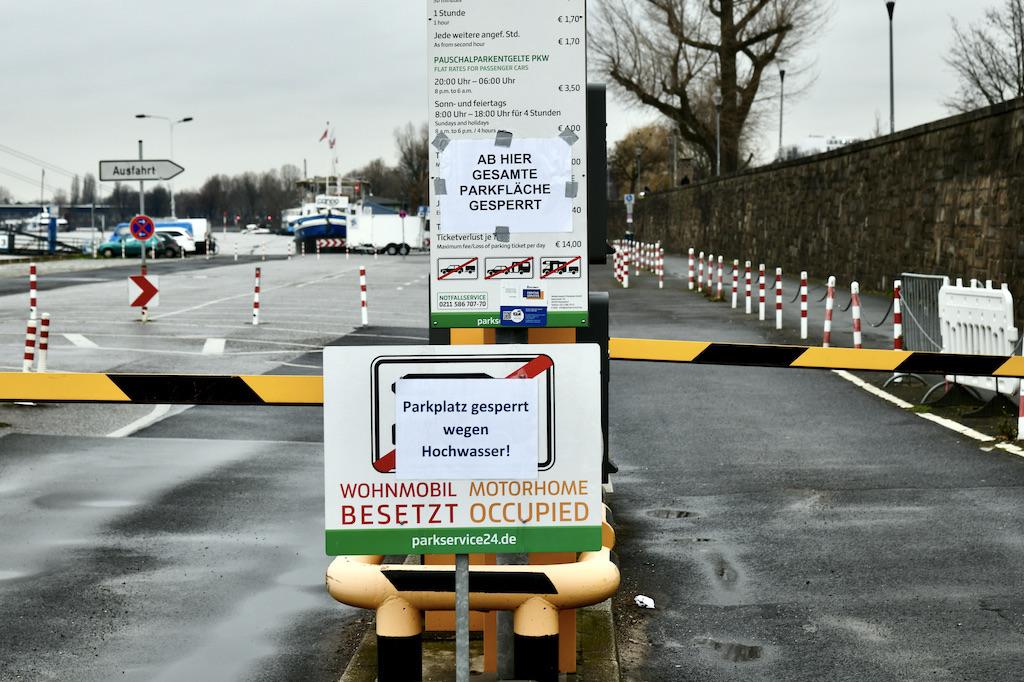 Die Parkplätze unterhalb der Tonhalle sind gesperrt Foto: LOKALBÜRO