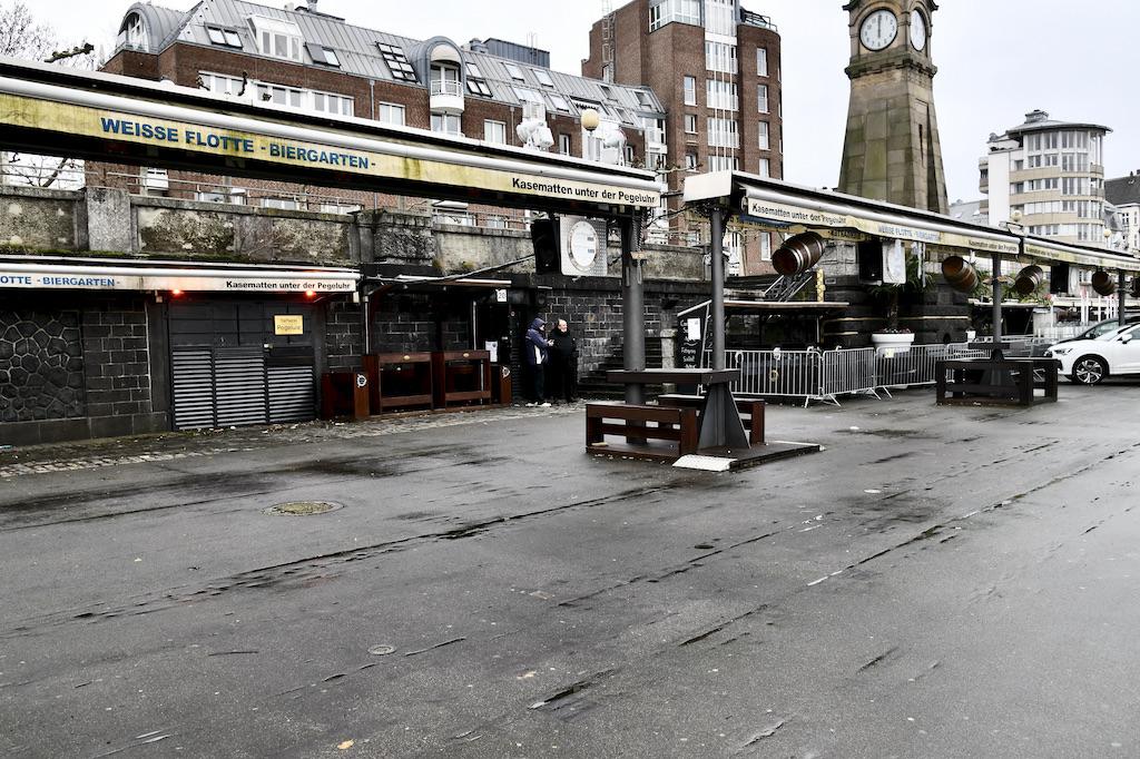 Die Kasematten haben ihre Terrassenmöbel weggeräumt Foto: LOAKLBÜRO