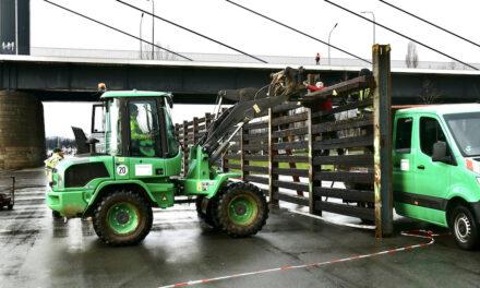 Stromleitwand wird zum Schutz des Yachthafens aufgebaut