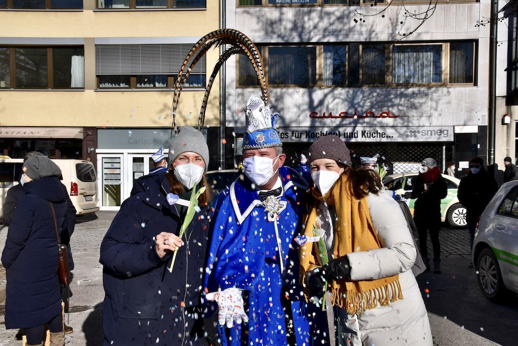 Präsident Lothar Hörning liefert den Konfettiregen Foto: LOKALBÜRO